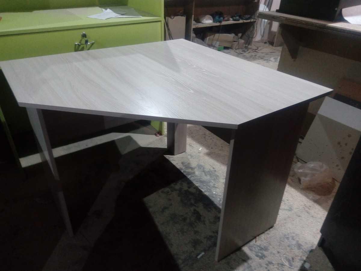 угловой письменный стол 13001300750мм без тумбы