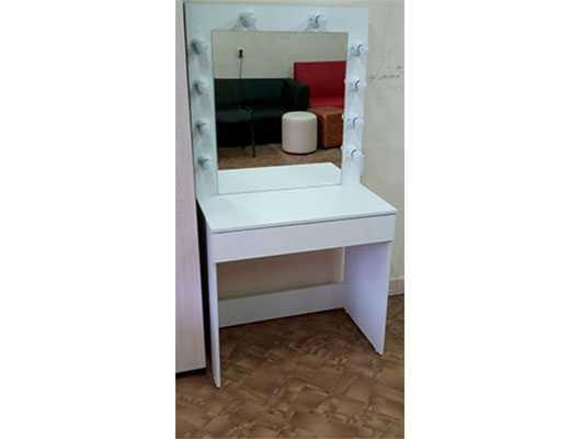 Гримерный стол с зеркалом