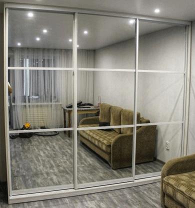 Шкаф купе встроенный с зеркальными дверями