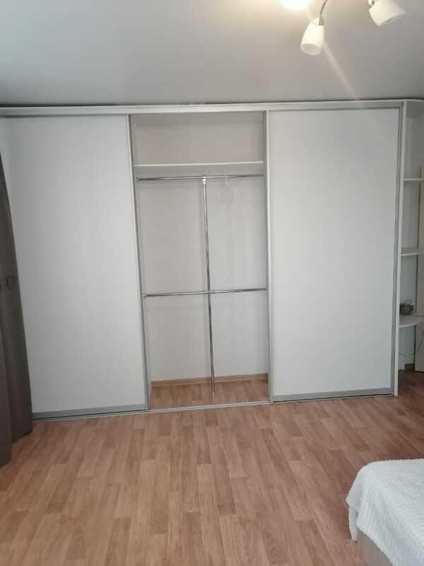 Шкаф-купе белый с ящиками, полками и трубой джокер