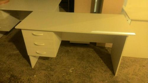 стол письменный с навесными ящиками